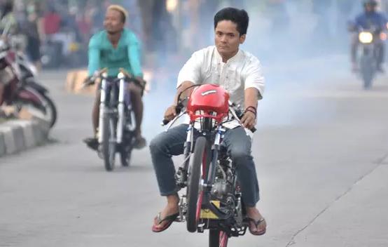 Kocak, Dua Pembalap Jalanan Lupa Harus Menikung